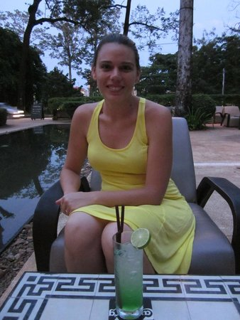 FCC Angkor - Restaurant : Outdoor seating with fountain/pool