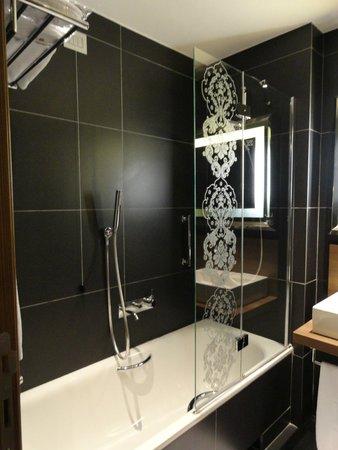 NH Collection Milano President: chuveiro com banheira