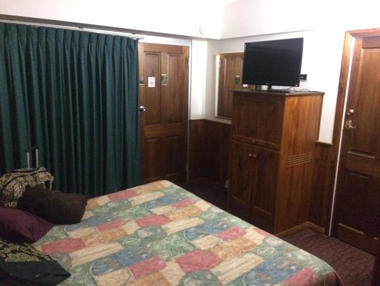 Astor Inn : Inter-joining room. Big bed and lots of space
