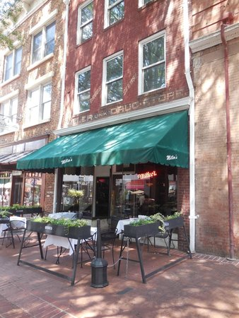 Omni Charlottesville : Millers, just one of the many bars in the downtown mall area