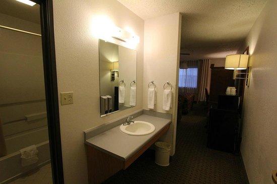 Americas Best Value Inn & Suites Cheyenne : Bathroom.