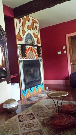 Au Gite du Cerf Argente : The fireplace in the large Morrocan Room