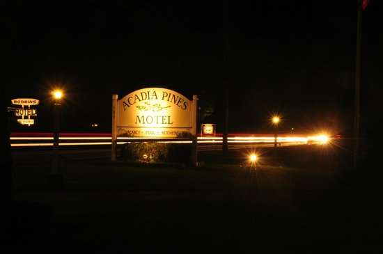 Acadia Pines Motel: Motel sign