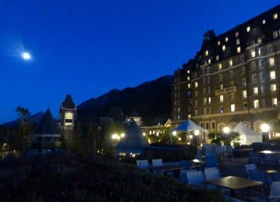 ذا فيرمونت بانف سبرنجز: Banff Springs hotel at night