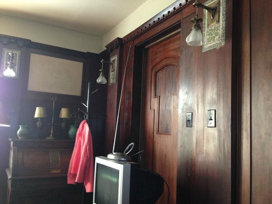 Lakeside Inn: Real wood paneling in the room