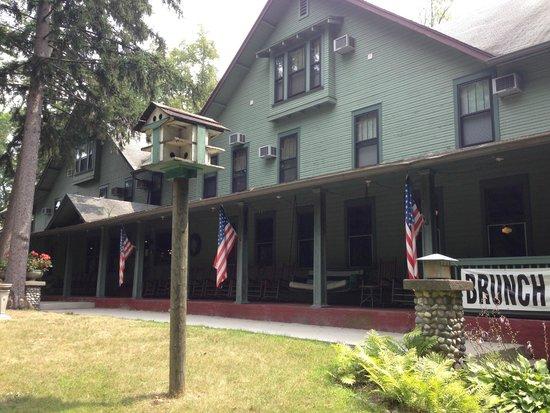 Lakeside Inn: The fabulous front porch.