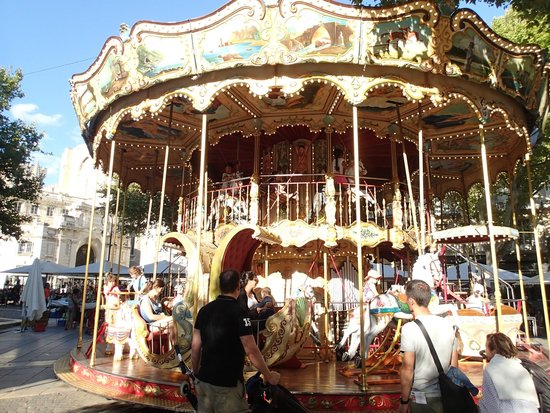 Ferris Wheel in Avignon : 2階部分にブランコなんかもあります。
