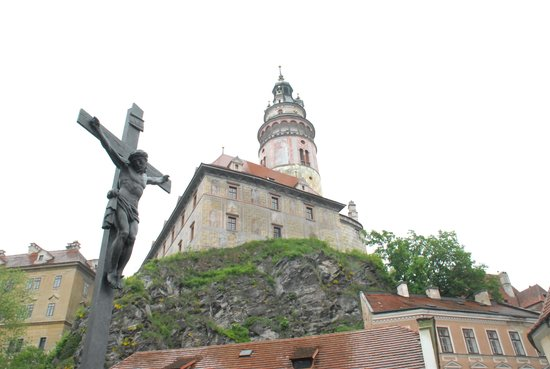 Historic Center of Cesky Krumlov : 小高い丘の上に立つお白を望んで…
