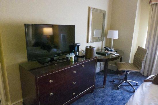 Providence Biltmore: Tv/Desk area