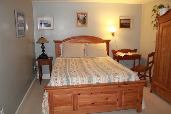 Bluefish Bed & Breakfast: Captain's room