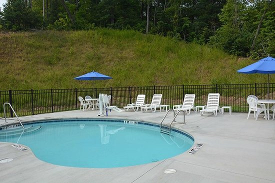Microtel Inn & Suites by Wyndham Sylva Dillsboro Area : ... note the special seat for lowering disabled into the pool