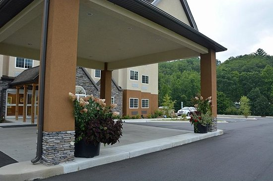 Microtel Inn & Suites by Wyndham Sylva Dillsboro Area : Front Entrance