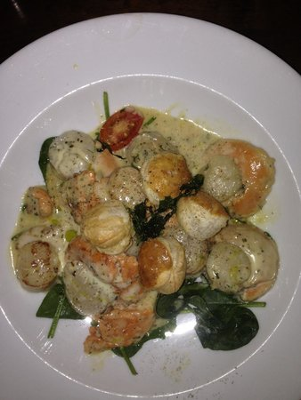 Isobel's Hanmer Springs Restaurant: Pan fried scallops in creamy cheese sauce