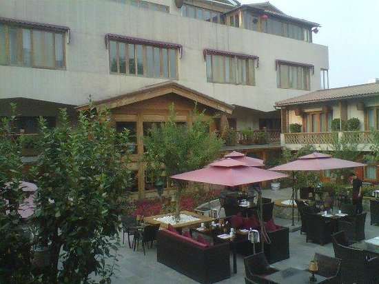 Red Wall Garden Hotel: the courtyard