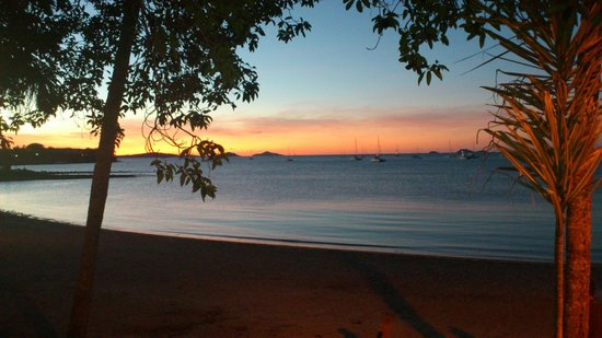 Airlie Waterfront Motel & Budget Accommodation: Sunset views from Beach Plaza