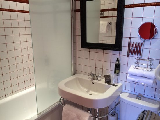 Hotel Montmorency: This bathroom was much tinier than it may look like
