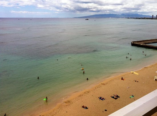 The New Otani Kaimana Beach Hotel: The beach in front of the hotel