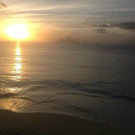 Coral Strand Smart Choice Hotel Seychelles: Вид из общей веранды на закат