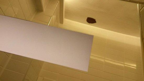 Yazar Hotel : particolare specchio scrostato