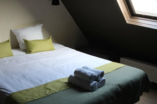 Hotel O Ieper - Grote Markt: Bedroom with sloping wall