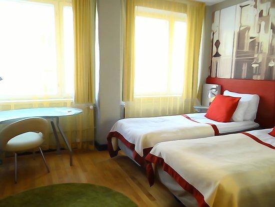 Original Sokos Hotel Albert: camas y ventanas grandes, entraba mucha luz