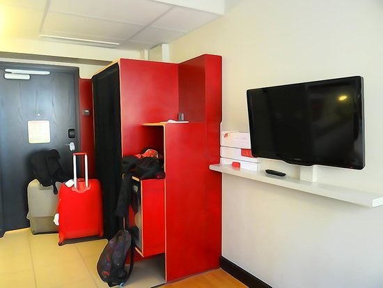 Original Sokos Hotel Albert: entrada habitación, armarios y TV