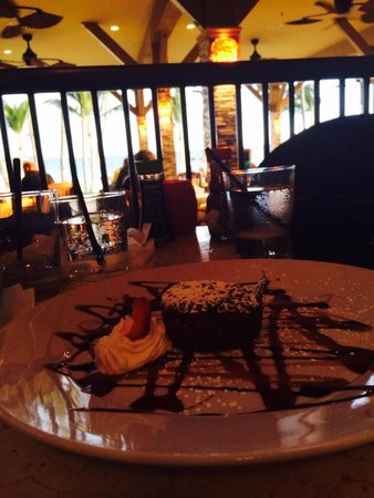 5 Palms Restaurant: Delicious chocolate molten lava cake with friends :)