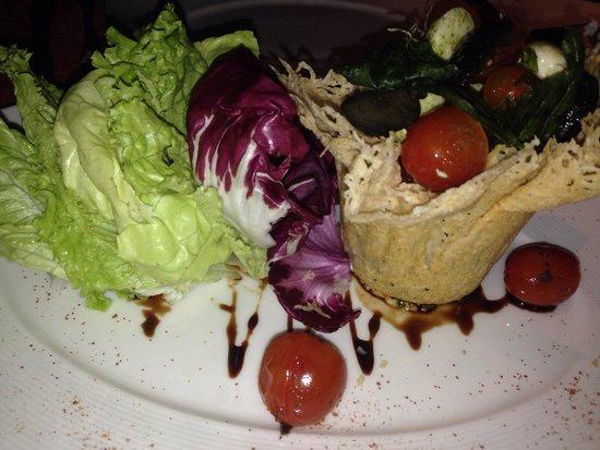 Alma del Lago Suites & Spa: Salada Caprese deliciosa do Restaurante Terra, no hotel Almas del Lago