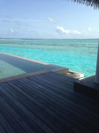 COMO Maalifushi, Maldives : Steps going down into water