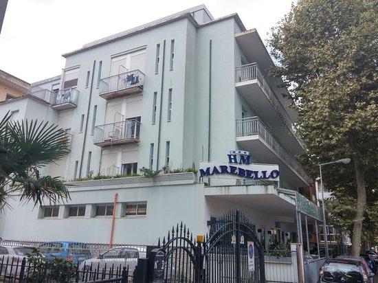 MAREBELLO: Вид на отель с улицы