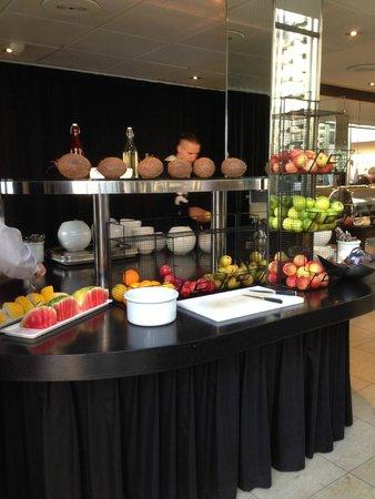 Skt. Petri: Great breakfast: fruits, cereals, yogurt