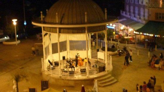 Hotel de l'Océan : Petit concert du 15 août sous notre fenêtre, génial