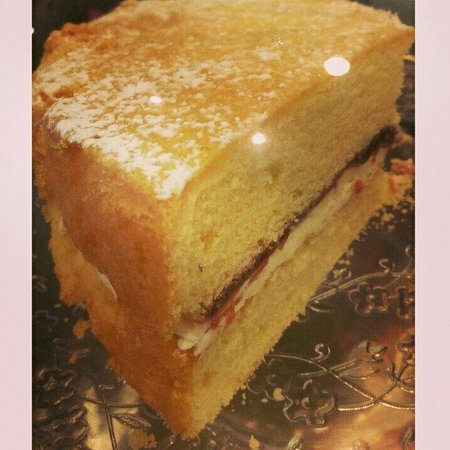 Kahawa Cafe: Buttercream and jam cake