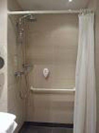 H2 Hotel Berlin Alexanderplatz: baño