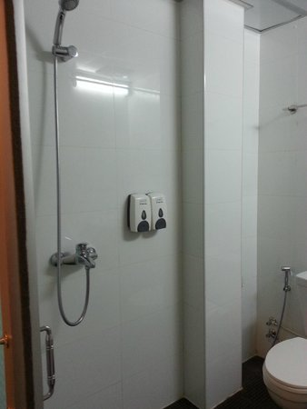 High Five Hotel : The shower with complimentary Shampoo and Soap