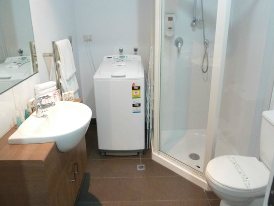 Waldorf St. Martins Apartment Hotel : Spacious bathroom