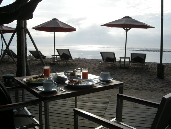 Segara Village Hotel: Breakfast on the beach
