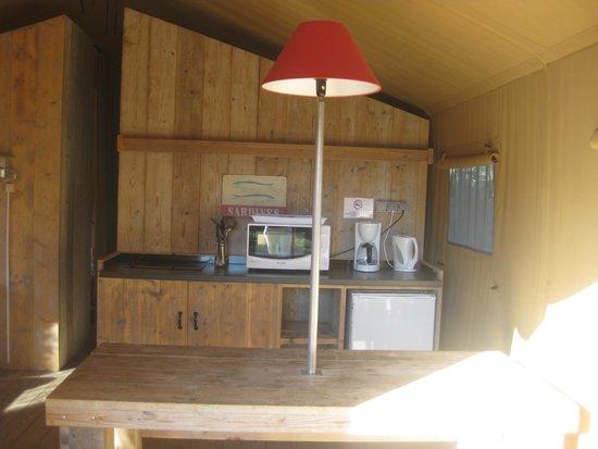Camping des Baleines : petite  cuisine de la tente Lodge