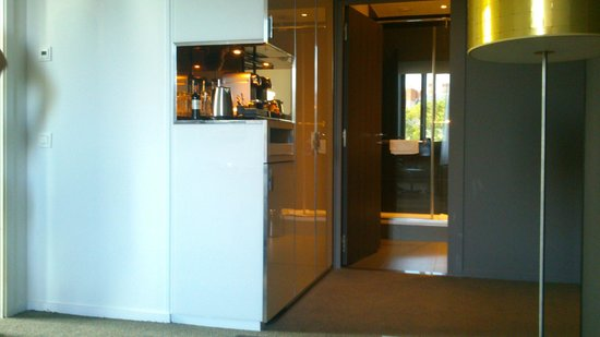 Radisson Blu Hotel, Nantes : Suite avec coin Nespresso et entrée sdb partie salon