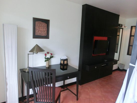 Avantika Boutique Hotel: Reading table and tv