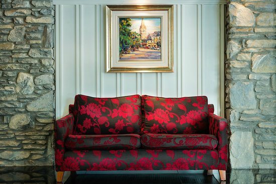 The Ross: Hotel Lobby