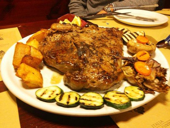 Fiorentina con contorno di patate al forno e vedure grigliate