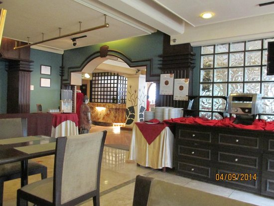 Best Western Hotel La Corona Manila : View from the restaurant looking at front desk