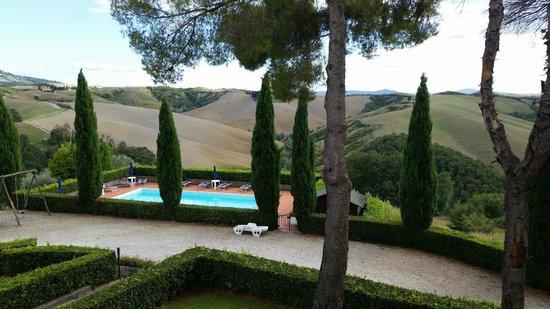 Agriturismo Santa Vittoria : la piscina annessa al podere Riparbella