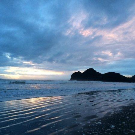 Bethells Beach Cottages: Bethells beach sunset after rainy day