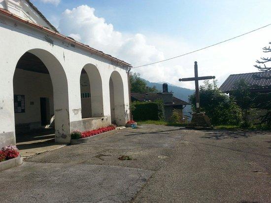 La chiesa davanti alla pineta