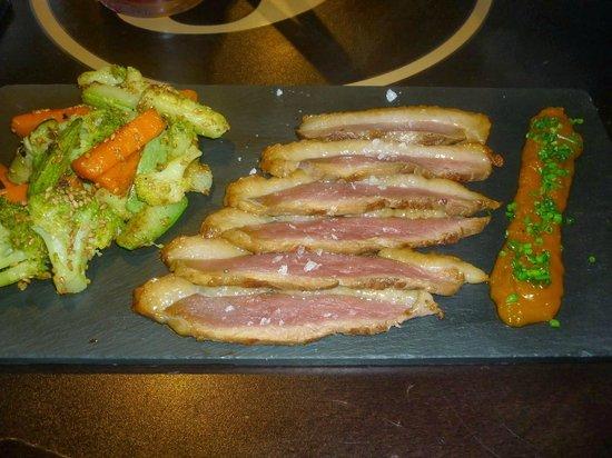 Lumbreras Tapas: tataki de pato con chutney de mango y verduritas