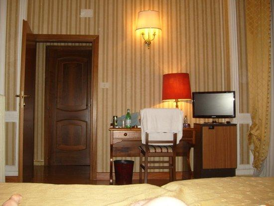 Siviglia Hotel : vue de la porte d entree, photo prise sur le lit