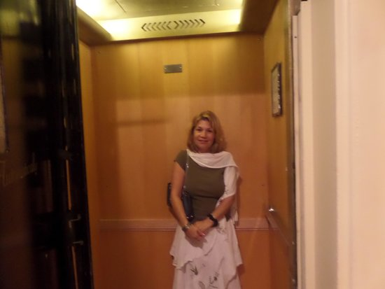 Princess Anne Hotel: Tiny oldfashioned elevator