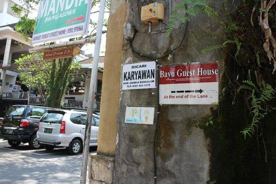 Bayu Guest House 細い路地へ